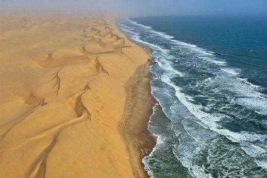 1356165104_pustynya-namib-i-atlanticheskiy-okean